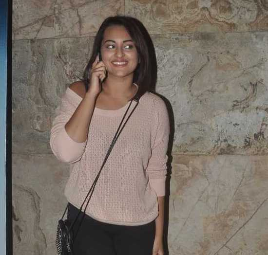 Sonakshi Sinha in Loose Top with Skinny Ankle Jeans at Screening of GONE GIRL Film