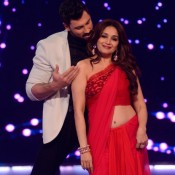 Madhuri Dixit in Red Plain Saree Photos On The Sets of Jhalak Dikhhla Jaa 7