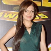 Drashti Dhami in Green Long Gown Pics at Zee Gold Awards 2014