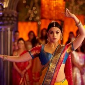 Alia Bhatt Navel Shows Images Hot Pics in Saree from TWO STATES Movie