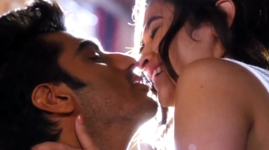 Hot Pics of Alia Bhatt Lip Lock Kiss with Arjun Kapoor in TWO STATES – Bold Kissing Scenes Photos Without Dress during Bath