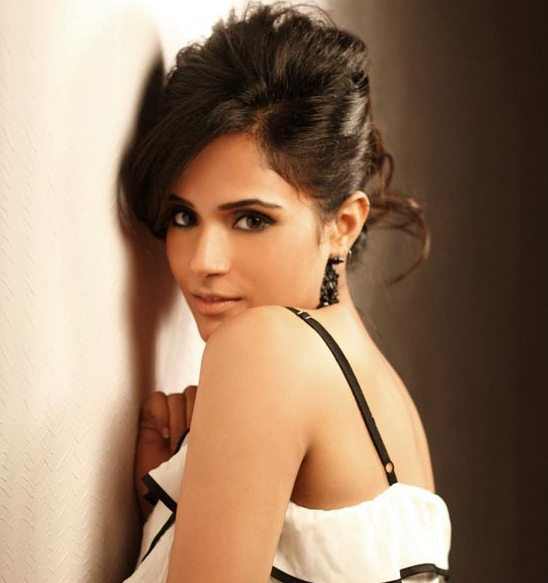 Richa Chadda Hot Stills and Spicy Images – HD Wallpaper Photos for Free Download