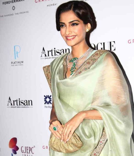 Artisan Jewellery Design Awards 2015 – Sonam Kapoor in Pale Green Saree Photos