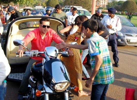 Salman Khan and Jacqueline Fernandez During Shooting of Kick Movie in New Delhi