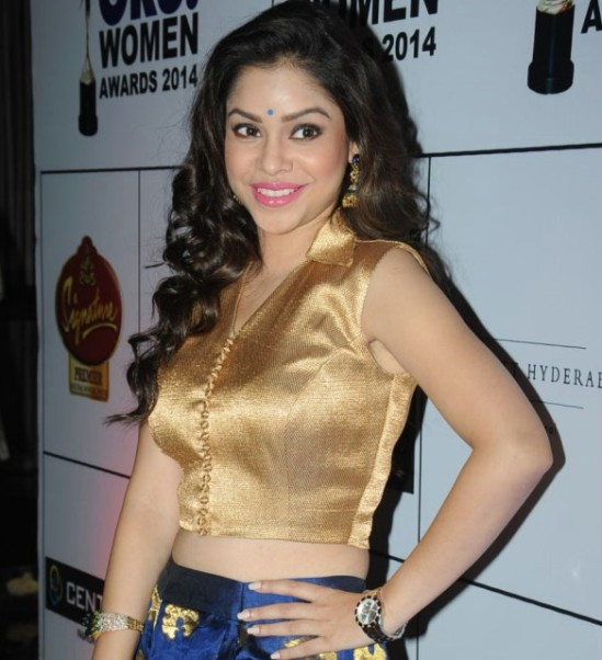 Sumona Chakravarti at the 13th GR8! Women Awards 2014 – Cute Armpit and Navel Show Pictures