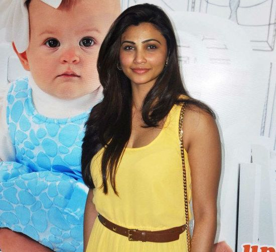 Daisy Shah in Yellow Evening Gown Images – Hot Pics in Off Shoulder Sleeveless Gown from JAI HO Special Screening
