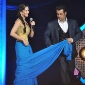 How to Drape A Saree of Bollywood Actress – Salman Khan Teaches Sunny Leone Hot Photos