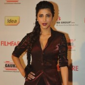 Shruti Hassan Deep Cleavage Photos in Velvet Suits at 59th Idea Filmfare Awards Party 2014