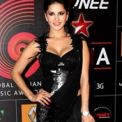 Sunny Leone Hot Cleavage in Black Saree at GIMA Awards 2014