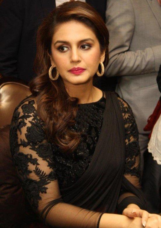 Huma Qureshi in Black Saree Photos – Hot Pics in Designer Plain Saree Blouse