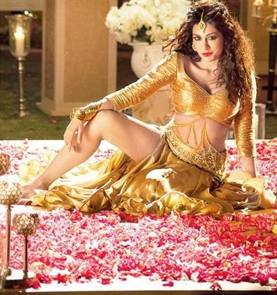 Chitrangda Singh Hot Thigh Legs Shows in Golden Lehenga in Gabbar Is Back Aao Raja Item Song Stills