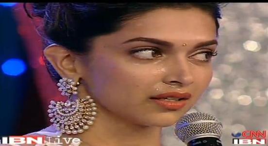 Deepika Padukone Crying Pics in Public during IBN CNN Awards 2013
