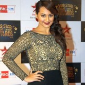 Sonkshi Sinha in New Hair Style at Big Star Entertainment Awards 2013 in Golden Black Dress Photos