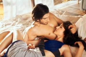 Anushka Sharma Hot Bed Scene Pics with Ranveer Singh in Dil Dhadakne Do Film 2015