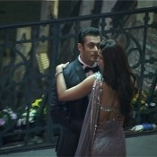 Daisy Shah in Saree gave Hot Backless Pose during Romantic Song Shooting with Salman Khan