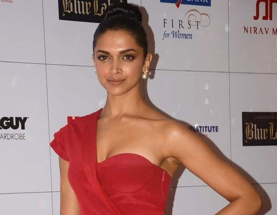 Deepika Padukone in Red Gown at Hello Magazine Awards 2013 Hot Photos