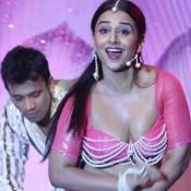 Hot Images of Vidya Balan in Saree – Bold Deep Cleavage Photos in Pink Saree