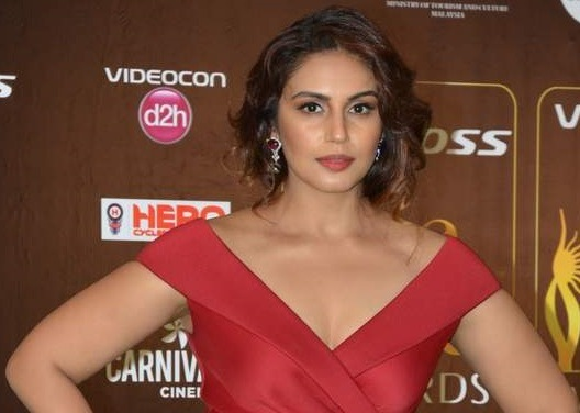 Huma Qureshi in Red Evening Gown with New Hair Style Cool Look Photos at IIFA 2015