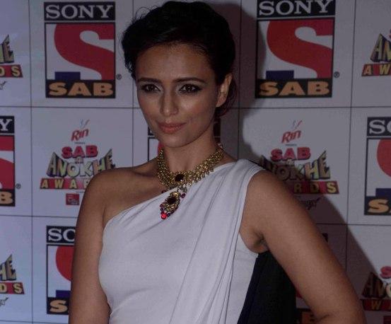 Roshni Chopra in Dual Toned Black and White Gown for Sab Ke Anokhe Awards 2015