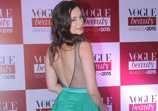 Evelyn Sharma Hot Backless Pics in Green Gown at Vogue Beauty Awards 2015