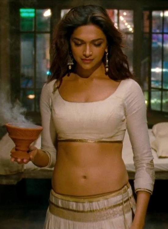 Deepika Padukone Hot Navel in Ramleela – Hot Navel Show Pics