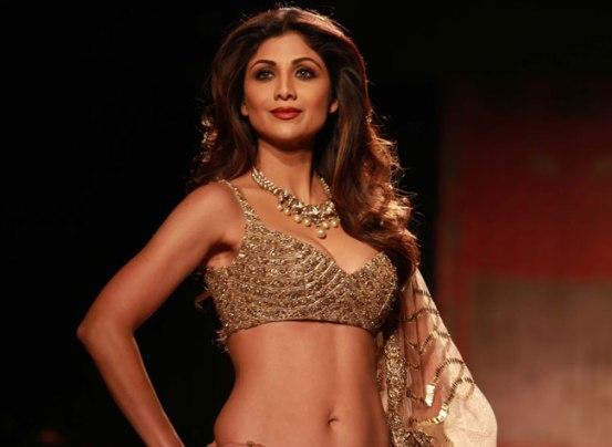 Shilpa Shetty Hot Navel in Golden Cream Lehenga Choli at Amazon India Fashion Week 2015
