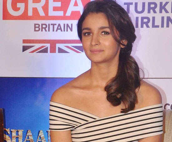 Alia Bhatt at Shaandaar Promotions Pics – Hot Look in White Printed Skirt and Striped T-shirt